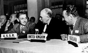 Imatge I. L'economista britànic John Maynard Keynes acompanyat dels representants de la URRS i Iugoslàvia, als acords de Bretton Woods (New Hampshire). Font: The Guardian.