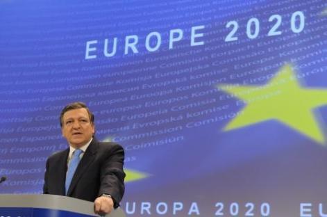 José Manuel Durão Barroso, president de la Comissió Europea, presentant les grans línies de l'estratègia Europa 2020 el març del 2010. L'aplicació de l'agenda 2020, que es centra en l'assoliment d'un creixement econòmic sostingut i sostenible per a tots els països de la UE, ha quedat aturada per la gravetat de la crisi que afecta a l'Eurozona.