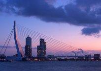 El malson de la crisi amenaça directament l'oasi de la triple A, format pels estats alemany, holandès, finès i luxemburguès. Les perspectives macroeconòmiques són poc optimistes al respecte i les veus euroescèptiques i radicals prenen força degut al desgast provocat per la crisi del deute. A la imatge, perspectiva del pont d'Erasme, a Rotterdam, motor econòmic del Països Baixos i enllaç econòmic entre la UE i el món. Font: en.rotterdam.info