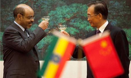 L'antic primer ministre, ja mort, Meles Zenawi brinda amb Wen Jiabao, primer ministre xinès, encara en el càrrec, en una reunió a Beijing el mes d'Agost de l'any passat - font: Adrian Bradshaw/AFP/Getty Images