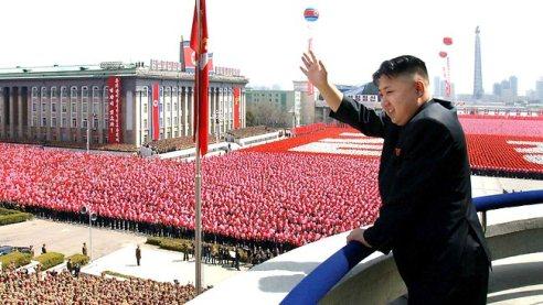 Kim Jong Un davant una població  aparentment devota. Font gràfica: news.com.au