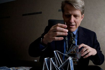 Robert Shiller intentant comprendre els fonaments de l'arquitectura financera. Font: The Real Deal.
