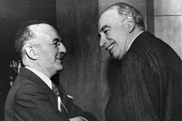 Segurament una de les poques fotografies dels dos economistes junts: Hayek (esquerra) i Keynes (dreta) - font: foreignpolicyblogs.com