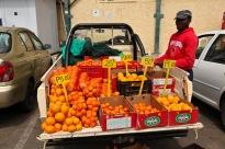 Venedor ambulant de taronges a Botswana -  Font: angelynbryce.blogspot.com