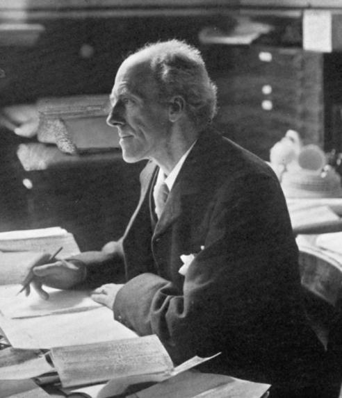 """Fotografia de Karl Pearson el 1936. Es diu que quan Einstein va fundar junt amb dos amics l'""""Akademie Olympia"""" el 1902 a Berna com a club de lectura de filosofia i física, el primer llibre que va proposar va ser """"La Gramàtica de la Ciència"""" de Pearson. Font: library.missouri.edu"""